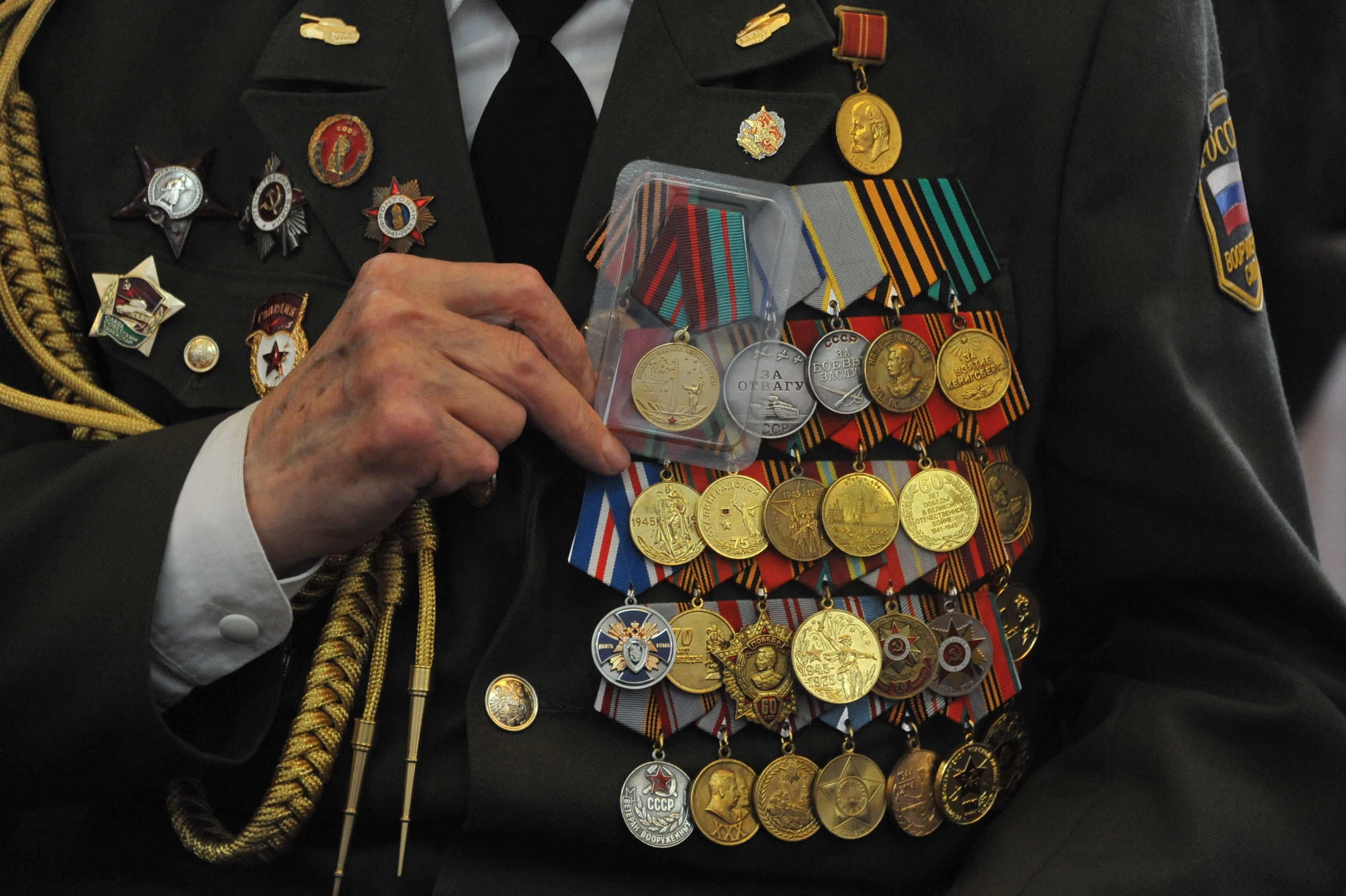 что пишут под фотографией с медалями люди тем временем