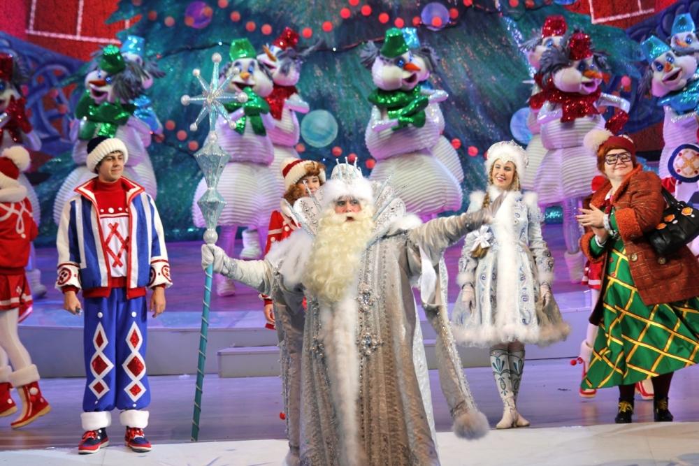 Новогодние гонки 3 - это новогодний интерактивный мюзикл для детей о тачках, невероятных новогодних приключениях и настоящей дружбе.