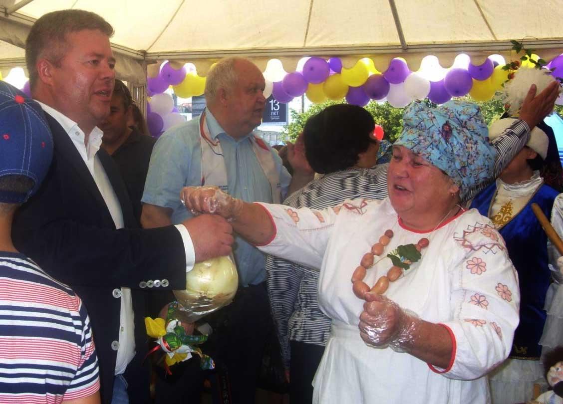 Огромную луковицу рукодельницы из Красноармейского района подарили городскому чиновнику